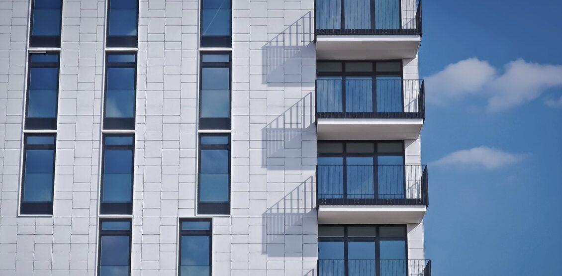 Чому українці так люблять склити балкони
